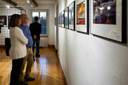 Des visiteurs appréciant quelques-unes de nos oeuvres